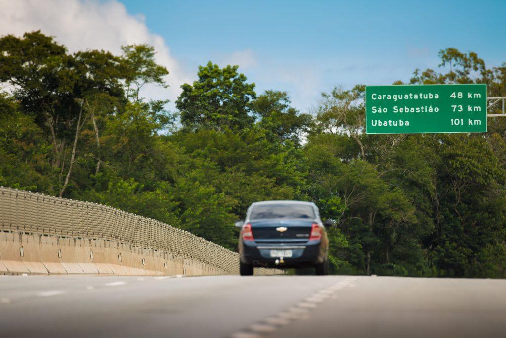 Após dirigir por 16 km na contramão, motorista embriagado causa acidente na Tamoios