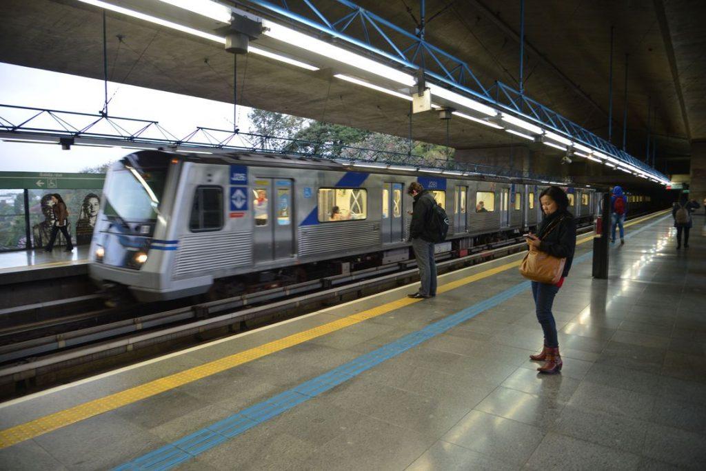 Metrô terá operação reforçada para atender foliões em São Paulo