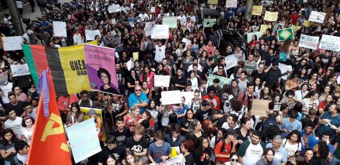 Manifestantes se reúnem em São José para greve da educação